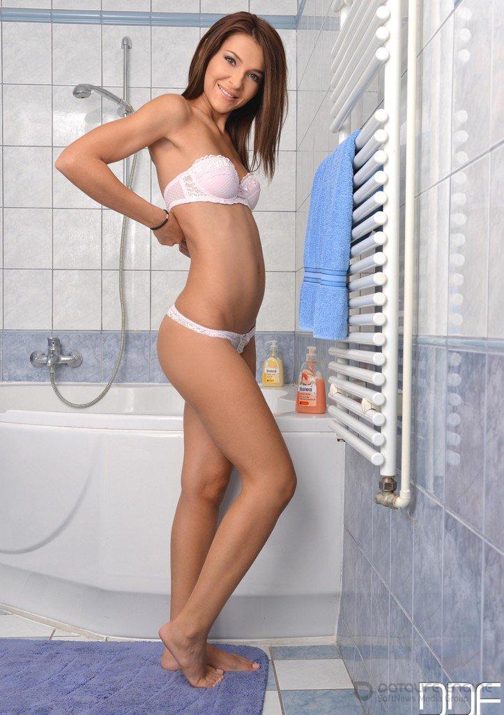 Тощая голая брюнетка в ванной