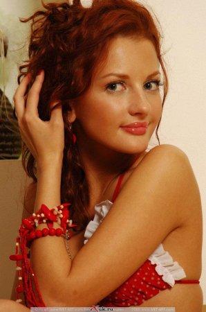 Рыжая девка в эротичной одежде