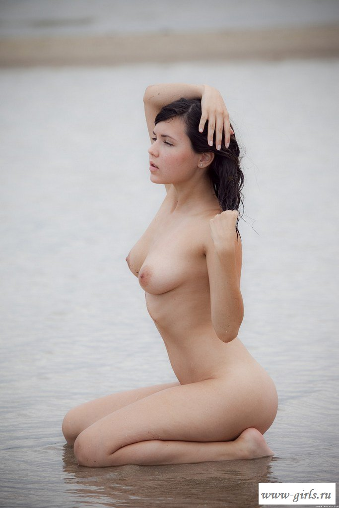 Обнаженная на пустынном пляже