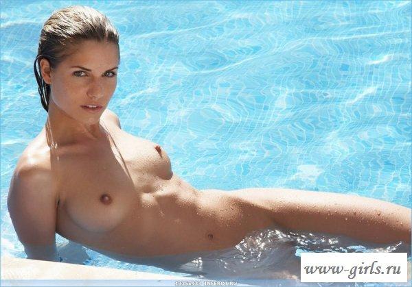 Тёлочка позирует у бассейна