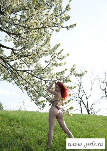 Рыжая красотка на природе (14 фото)