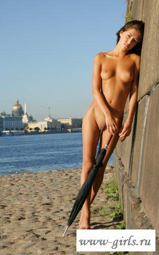 Городская барышня на публичном пляже (15 фото)