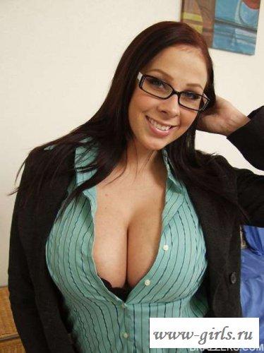 Огромные титьки очкастой девушки