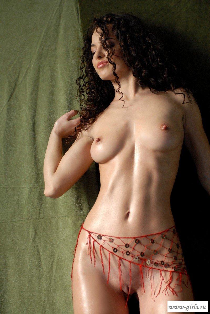 голая девушки частное видео кудрявой брюнетки