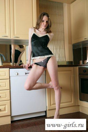 На кухне девушке жарко