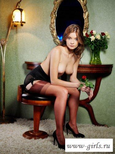 Очаровательная девушка снимает платье