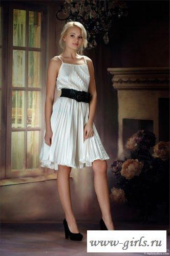 Задирает красивое белое платье