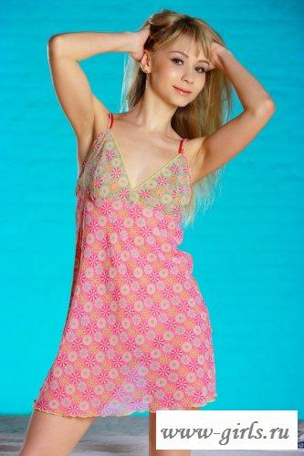 В розовом легком платье