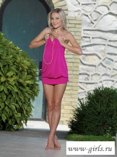 В розовом коротком платье