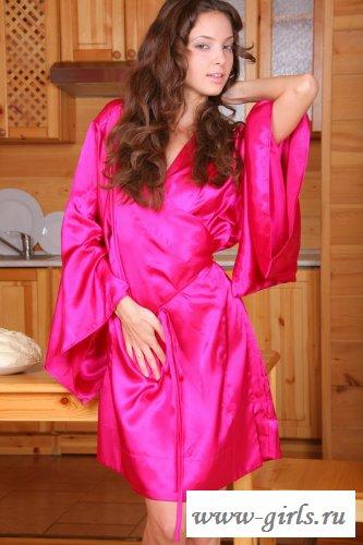 Девчушка в розовом халате