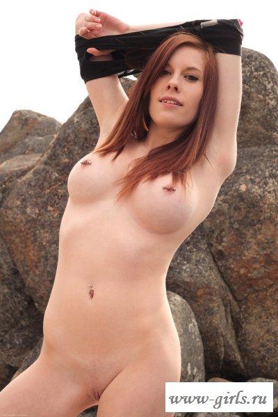 Рыжая бестия забралась на скалу