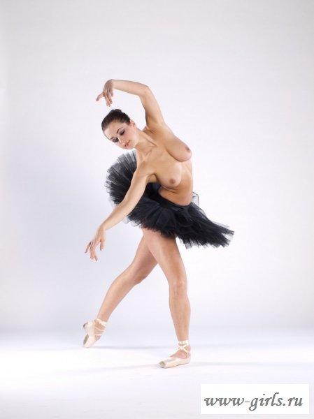 Сексуальная балерина решила раздеться