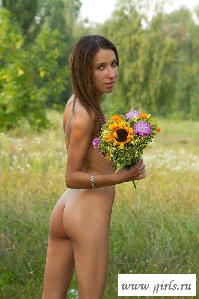 Голая красотка в поле