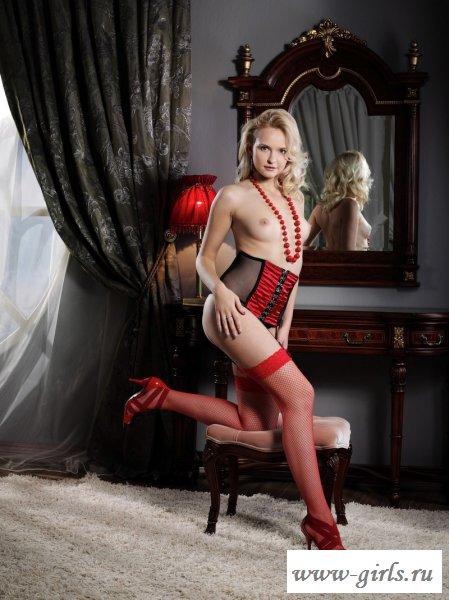 Девушка в чулках и красных длинных бусах