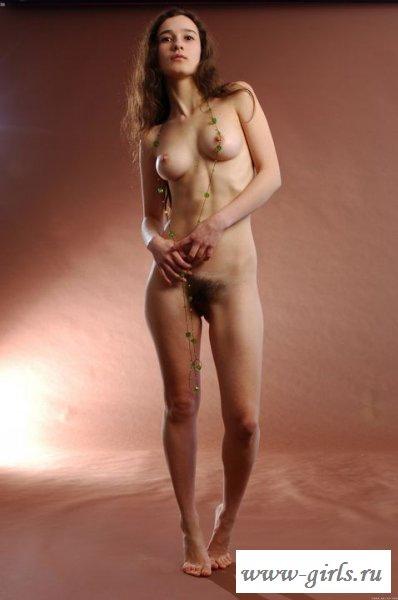 Студентка с голой волосатой вагиной (эротика)