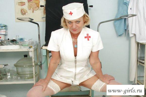 Обнаженная врачиха оголила киску в кабинете