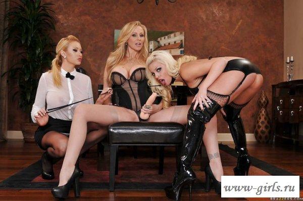 Лесбиянки обнаженные забавляются в офисе