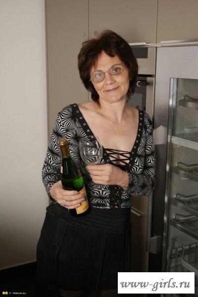 Обнаженная бабулька пьет шампанское