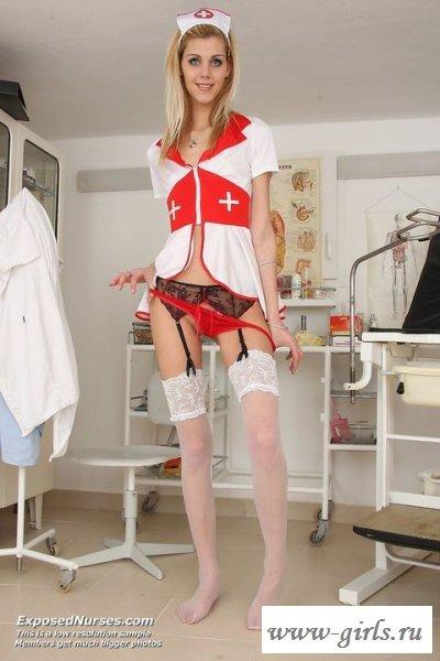 Обнаженная медсестричка с большой пиздой