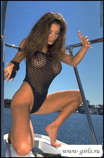 Раздетая жена олигарха на яхте