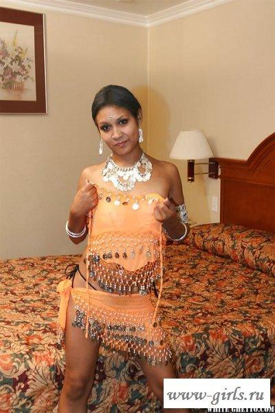 Обнаженная индуска сняла с себя костюм