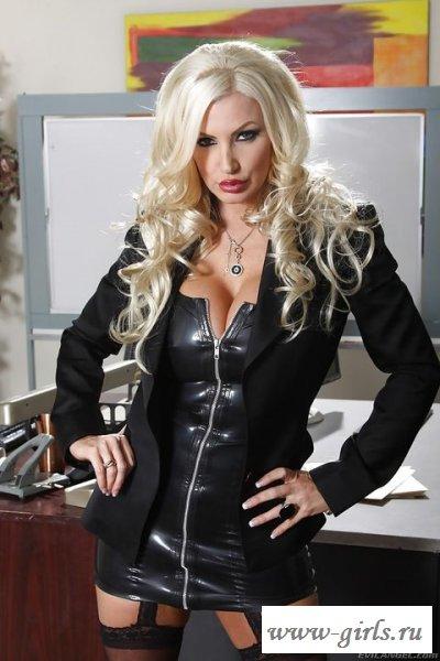 Обнаженная секретарша в латексной униформе