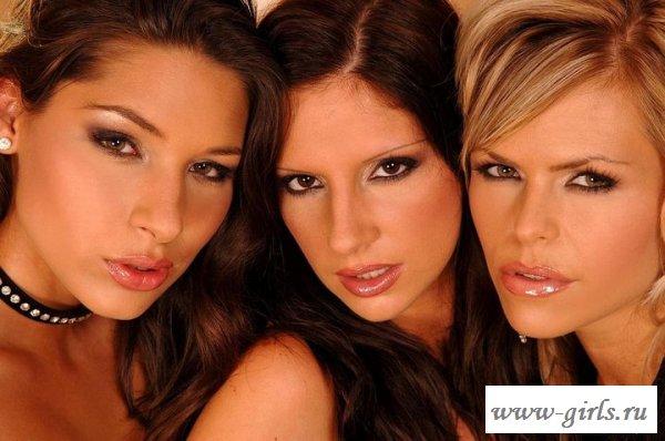 Обнаженные модели показывают лесбийские ласки