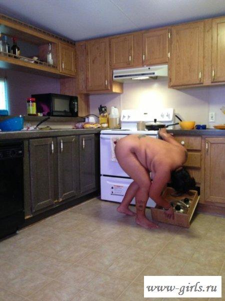 Раздетая женщина у себя на кухне