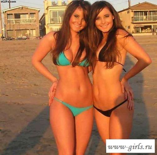 Сексуальные как две капли воды девчонки в трусиках