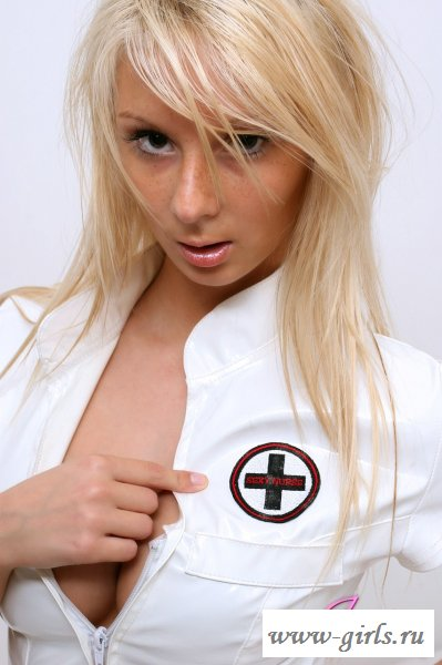 Медсестра  с крупными сиськами уже ждет вызов