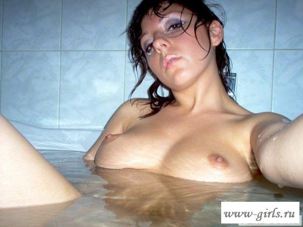 Накрашенная сиськастая шлендра в ванной