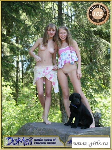 Близняшки гуляли по лесу без трусиков