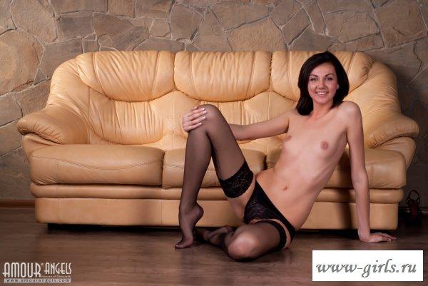 Красивая киска оказалась голая на диване