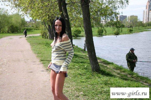 Брюнетка сверкает голыми прелестями на улице