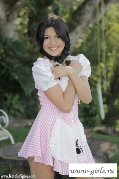Девушка эротично снимает платье
