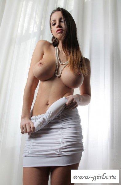 Барышня показала раздетую красивую грудь