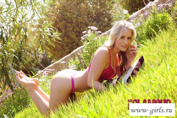 Блондинка в трусах ползает по траве