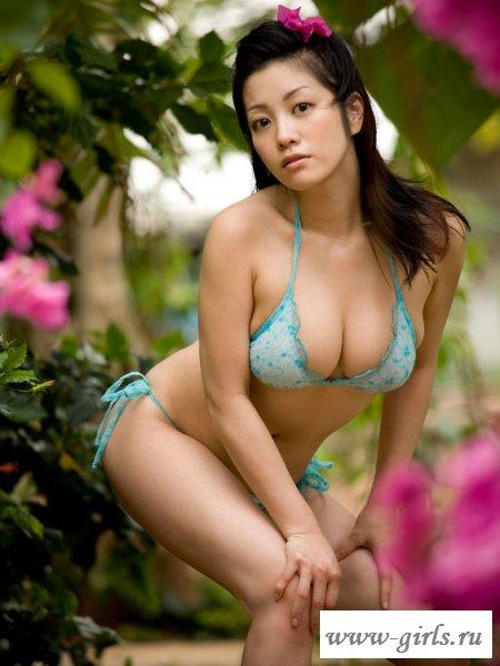 Азиатка экспериментирует с эротическим бельем