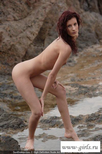 Стройная обнаженная сучка на необычном пляже