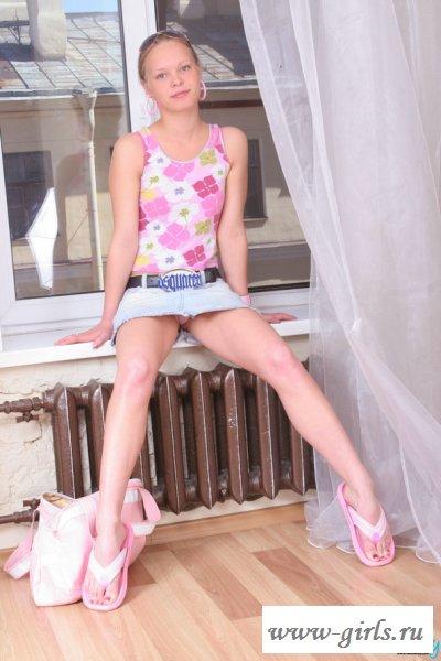Девушка в розовых трусах еще девственна