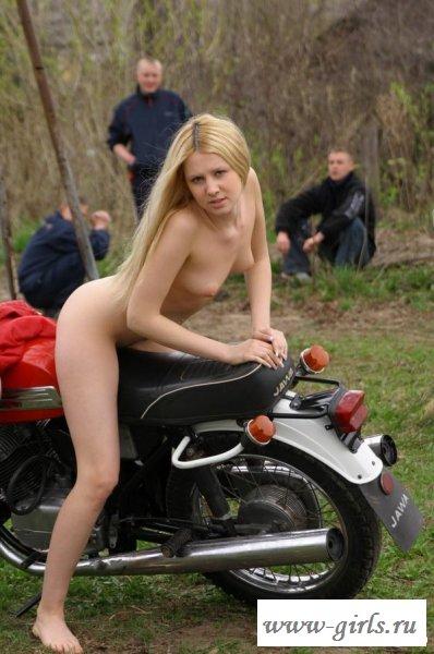 Перегидрольная развратница без одежды у мотоцикла