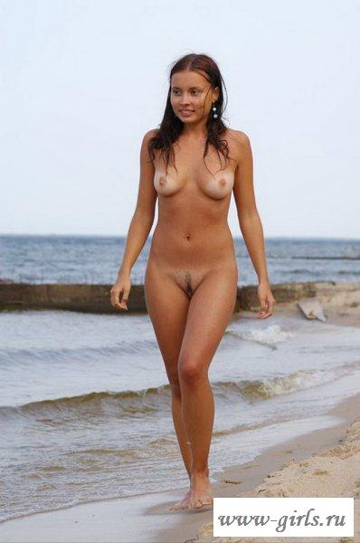 Искушение на пляже около моря от голой брюнетки