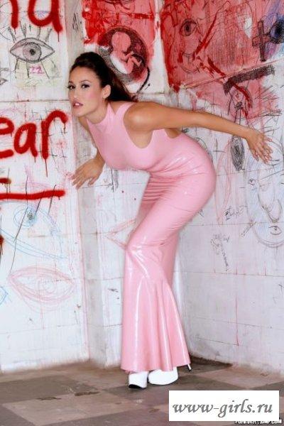 Граффити и страстная голая девушка в латексе фото
