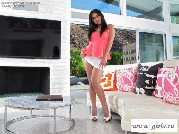 Изумительная азиатка на высоченных каблуках