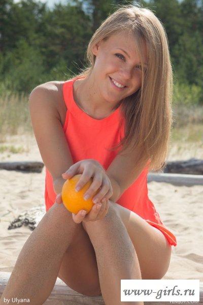 Блондинка заводит голыми сиськами на пляже - фото