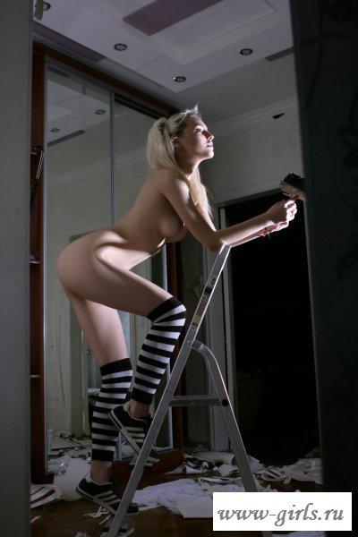 Стервозная голая блондинка делает ремонт