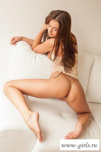 На диване сучка с бритой голой вагиной на фото