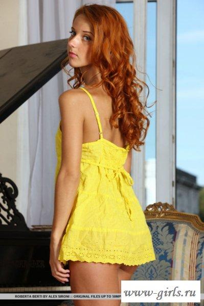 Голая русская проказница в жёлтом платье - фото