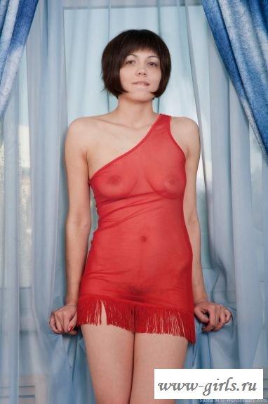 Под красным платьем заросшая писька брюнетки