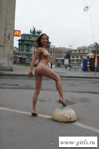 Обворожительная милашка голышом на улице